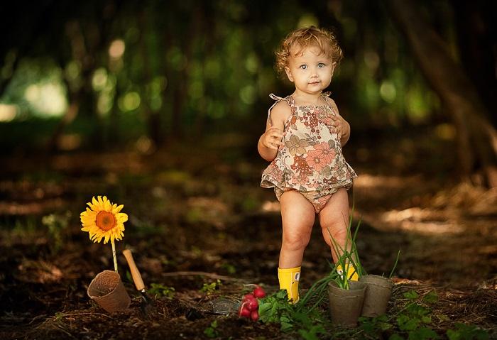Юный цветовод. Фотограф: Елена Карнеева. | Фото: karneeva.ru.