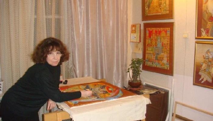 В мастерской художницы Любови Тощевой.