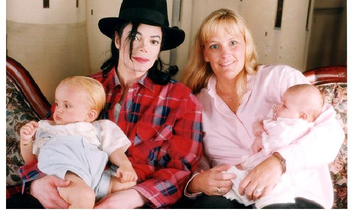 Майкл Джексон и Дебби Роу с малышами.