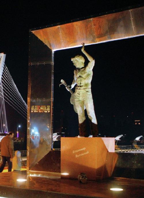 В.Высоцкий. Черногория. Подгорица (2004). Скульптор: А.Тартынов.