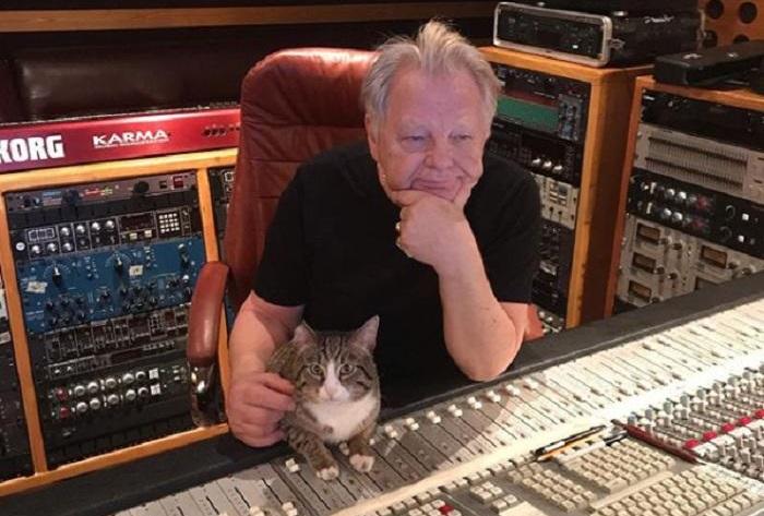 В студии с любимчиком Пашкой. | Фото: goodhouse.ru.
