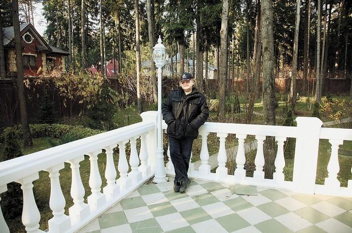 Перед домом выстроена терраса с колоннами и барельефами из гипса. | Фото: aqua-rmnt.com.