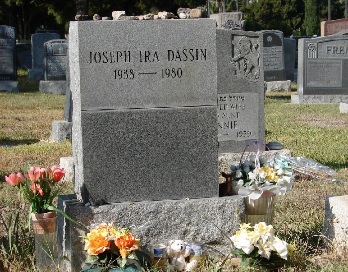 Могила Джо Дассена на кладбище «Beth Olam Mausoleum» в Голливуде.