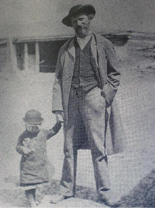 Маленький Ванечка Мясоедов с отцом Григорием Григорьевичем.