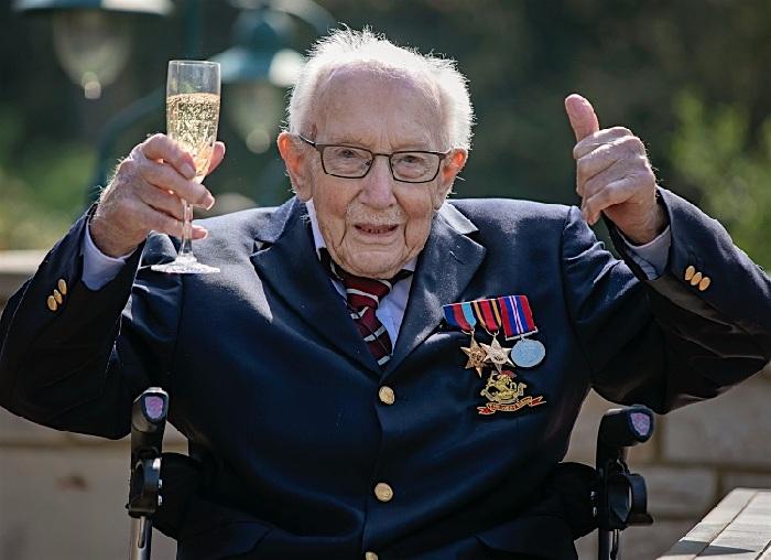 Юбиляр Том Мур принимает поздравления.