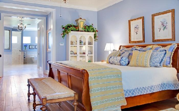 Если вам по душе светлые, воздушные, нежные и лавандовые оттенки — спальня в стиле прованс будет отличным вариантом.