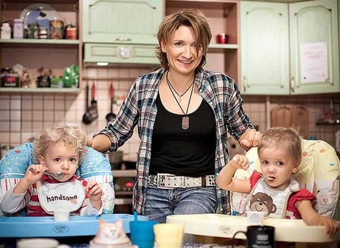 Диана Арбенина со своими детьми Артемом и Мартой. | Фото: hellomagazine.com.
