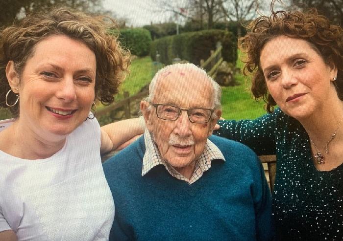 Том Мур с дочерьми Ханной и Люси.