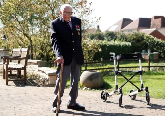 Национальный герой Британии капитан Том Мур после окончания марафона.