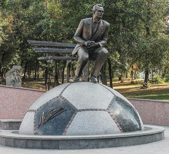 Мемориальный памятник легендарному тренеру Валерию Лобановскому.
