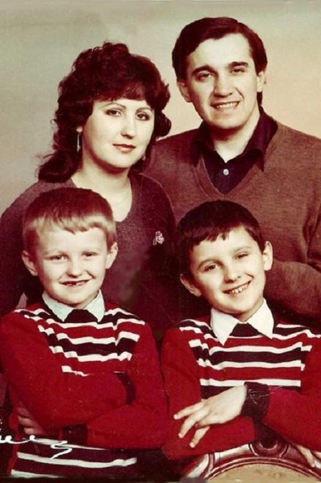 Назарий Яремчук с женой и сыновьями.