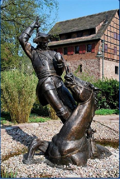 Памятник барону Мюнхгаузену в Боденвердере.