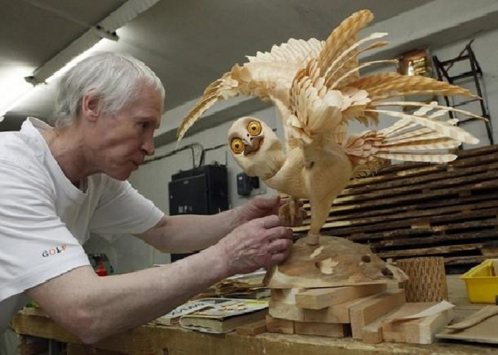 Процесс создания трехмерных скульптур из кедровых стружек.