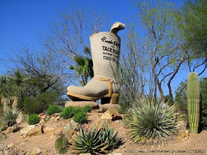 Памятник сапогу в Аризоне. США.
