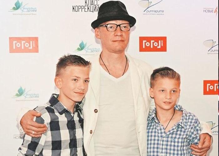 Алексей Серебряков с сыновьями Даниилом и Степаном.
