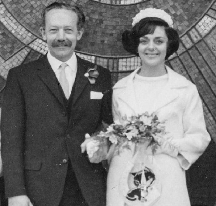 Капитан Том Мур и его супруга Памела во время их свадьбы в 1968 году.