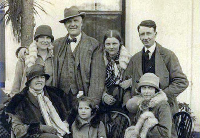 Федор Иванович с семьей.