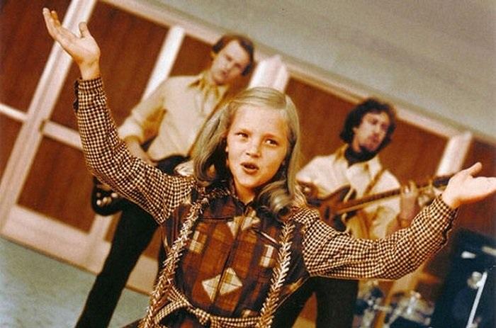 Аня Ашимова в роли Нины Пуховой. Кадр из кинофильма «Чародеи».
