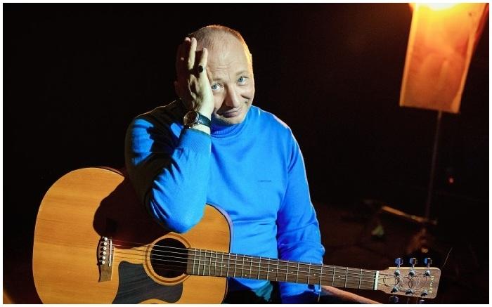 Юрий Николаевич Гальцев — российский артист эстрады и клоунады, телеведущий, пародист, певец, актёр.