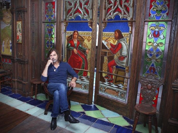 Квартира Никаса Сафронова: витраж, изготовленный по старинным технологиям в Париже.