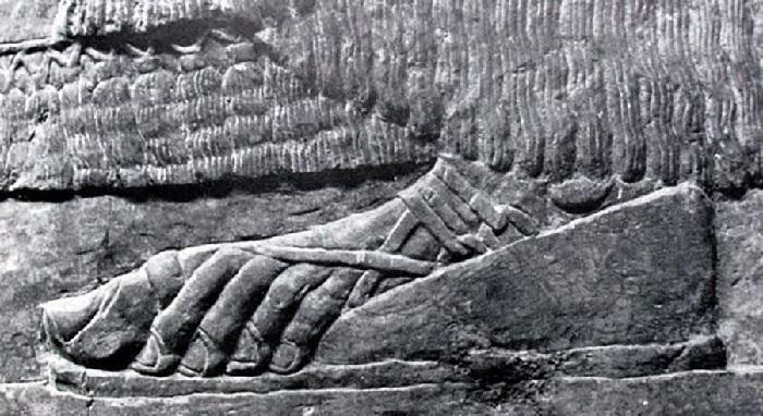 Древнеегипетский рельеф с изображением сандалия. Фрагмент.
