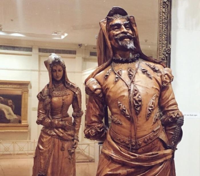 Игра на контрасте: усмешка дьявола и кроткая праведница. Двуликая статуя Мефистофеля и Маргариты.