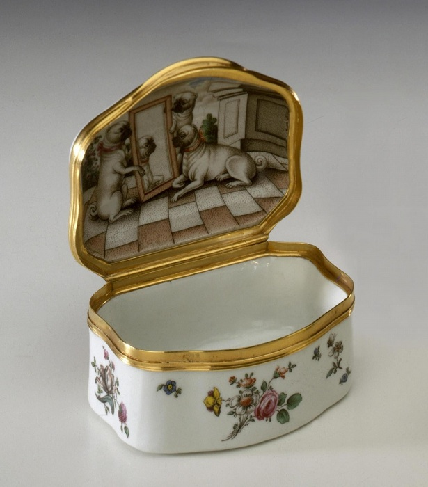 Табакерка в виде «комода» с изображением мопсов на крышке. 1752 г.