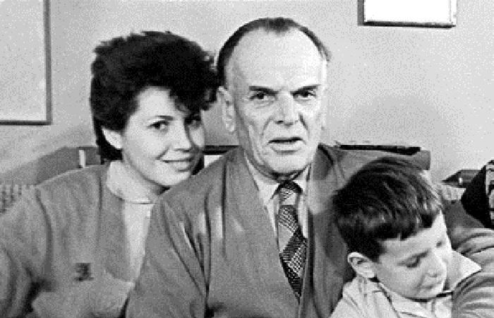 Паустовский с приемной дочерью Галиной Арбузовой и сыном Алексеем.