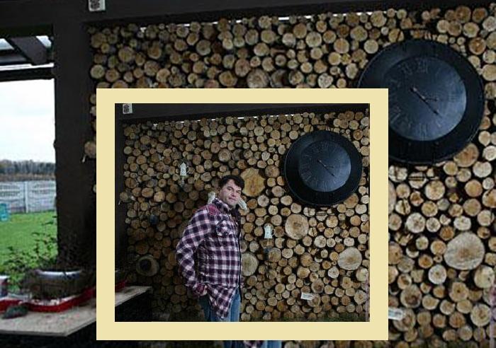 Гордость хозяев дома - стена из круглых деревянных спилов.