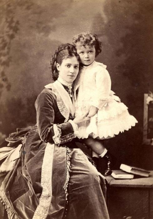 Императрица Мария Федоровна с сыном Николаем – будущим императором Николаем II