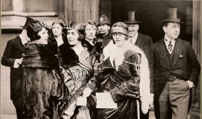 Фото 1924 года. Графиня Надежда Михайловна де Торби, в замужестве маркиза Милфорд-Хейвен (на фото слева) в тиаре – кокошнике с рубинами.