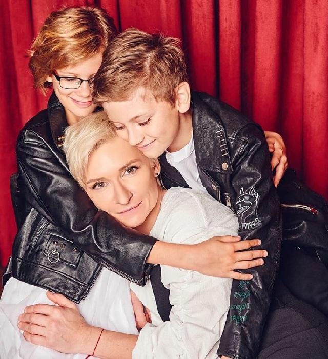 Диана Арбенина с двойняшками Артемом и Мартой. | Фото:  starHit.ru.