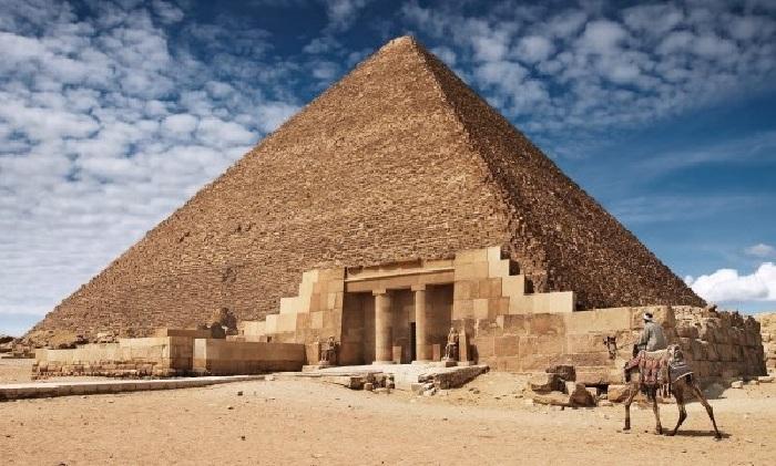 Египетские пирамиды над усыпальницами фараонов.