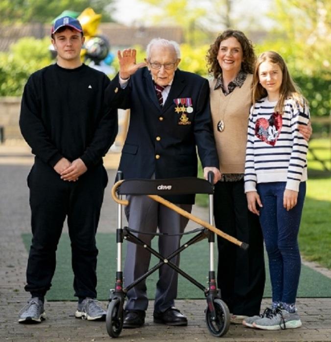 Капитан Том Мур со своей семьей: дочкой Ханной и двумя внуками
