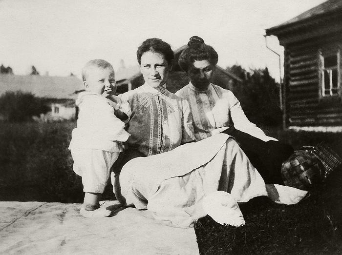Групповое фото. Юлия с сыном Кириллом. 1904 год. Кустодиев Борис Михайлович.