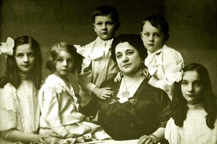 Иола Торнаги в окружении детей - Ирины, Бориса, Лидии, Фёдора и Татьяны.