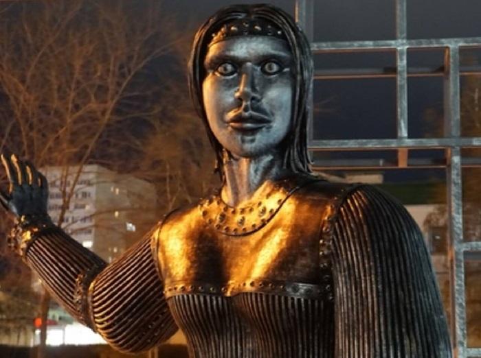 Памятник Алене, основательнице села Новой Аленовки. Скульптор: Александр Шилин.