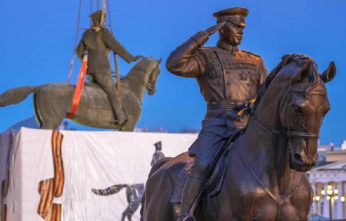 Установка нового памятника маршалу Георгию Жукову на Манежной площади, 20 марта 2020 года.