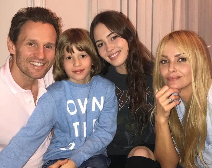 Изабелла Скорупко  с бывшим мужем Мариушем, их дочерью Джулией и сыном актрисы Яковом. Фото 2017 года.