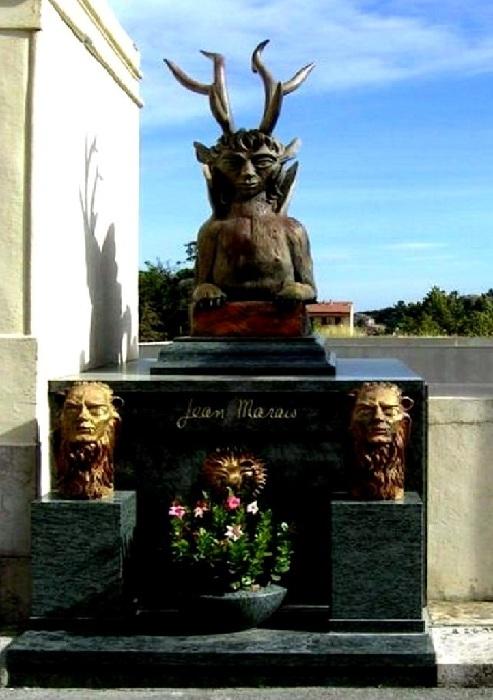 Надгробие Жана Маре на Старом кладбище в Валлорисе. (Фигуры, установленные на могиле, отлиты по его скульптурам.)