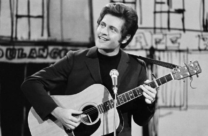 Джо Дассен - французский певец.