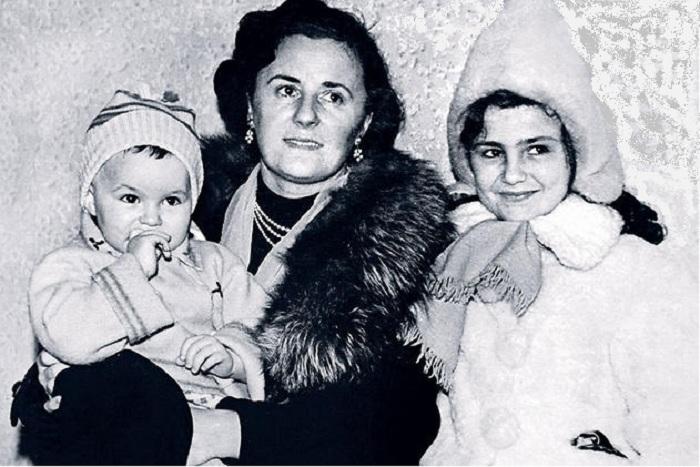 Марина Глебова с дочерями.