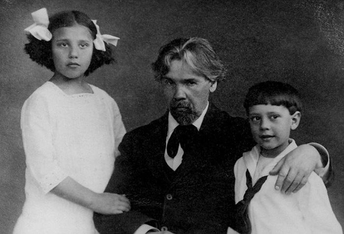 Василий Иванович Суриков с внуками - Наташей и Мишей Кончаловскими.
