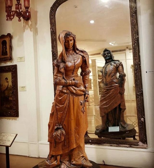 Двуликая статуя Мефистофеля и Маргариты. Музей Салар Джанг. Индия.