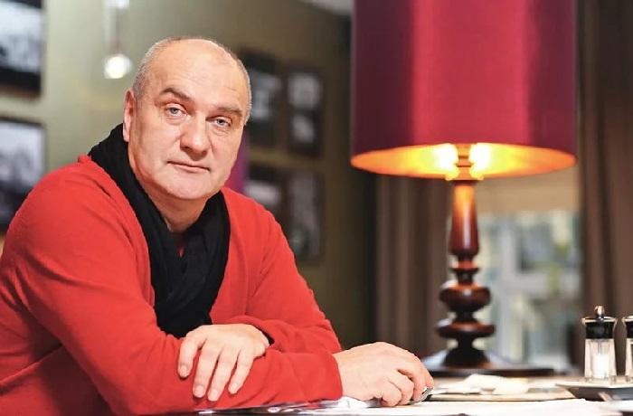 Александр Балуев –  популярный российский актер театра и кино, в творческой биографии которого случались взлеты и падения. Артист долго оставался в тени и только после 40 лет обрел всероссийскую популярность.