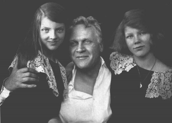 Федор Иванович с дочерьми.