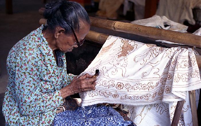 Знаменитый индонезийский батик. Творческий процесс.