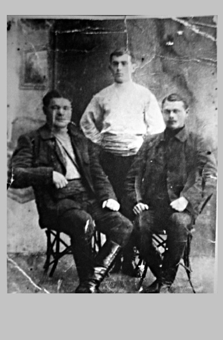 Лева Задов-Зиньковский  (слева) с братом Даниилом Зодовым (в центре).