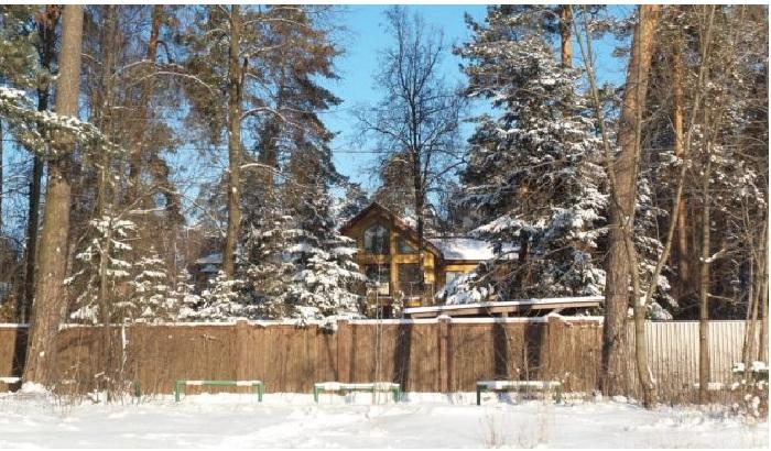 Двухэтажный деревянный особняк в Серебряном бору семейства Газмановых.  | Фото: aqua-rmnt.com.