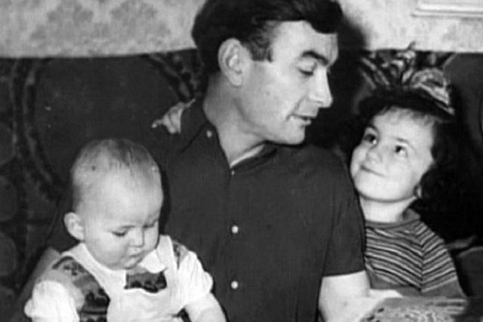 Петр Глебов с дочерями.